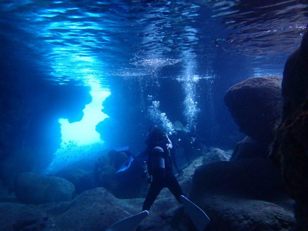 青〜い洞窟