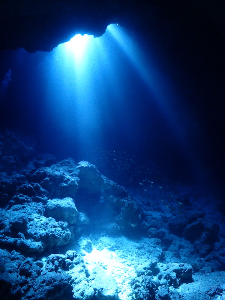 光が降り注ぐ海